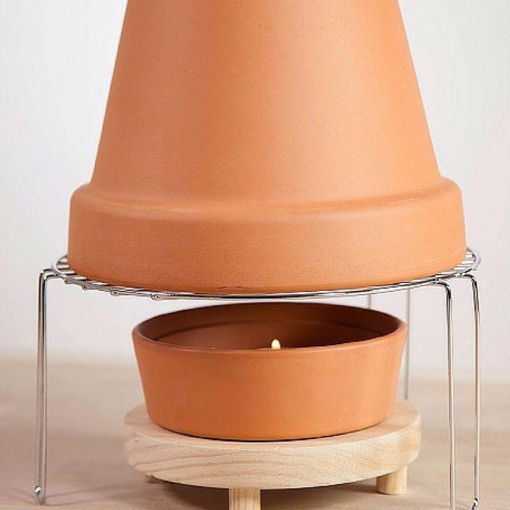 Estufa casera Low Cost @handfie -   1)Coloca cuatro velas en un soporte apto para calor      Introduce cuatro velas en un soporte apto para el calor, como un cuenco.        Coloca un cubremantel para proteger la superficie.                      2)Coloca la rejilla en la que irán las macetas      Cuando …