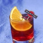 Напиток с вермутом Для приготовления блюда Напиток с вермутом необходимы следующие ингредиенты: 50 мл сока апельсинового, 200 мл вермута бьянко, 50 мл сахарного сиропа, 100 мл вина красного, апельсин, кубики льда.