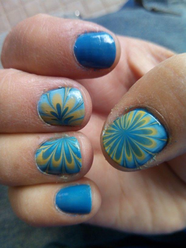 Mis uñas al agua, dos tonos de azul y amarillo