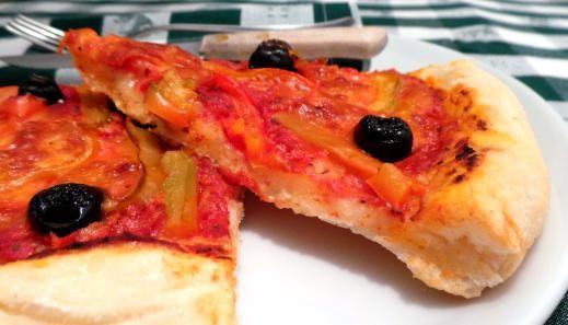 Pizza senza glutine con peperoni e olive nere