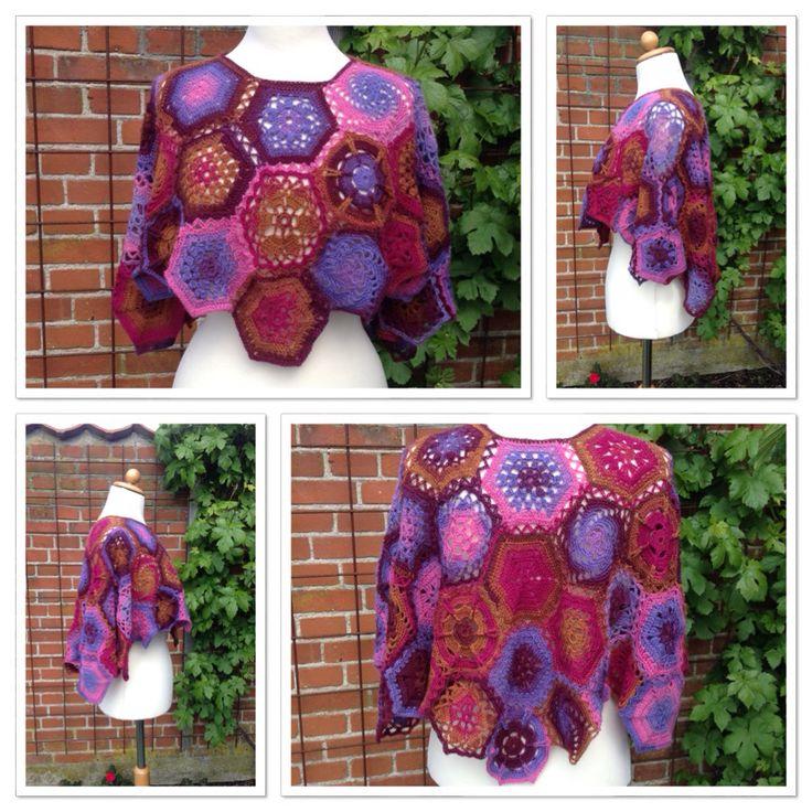 Poncho af sekskanter, hæklet efter mønstrene i Rowans Crochet Along