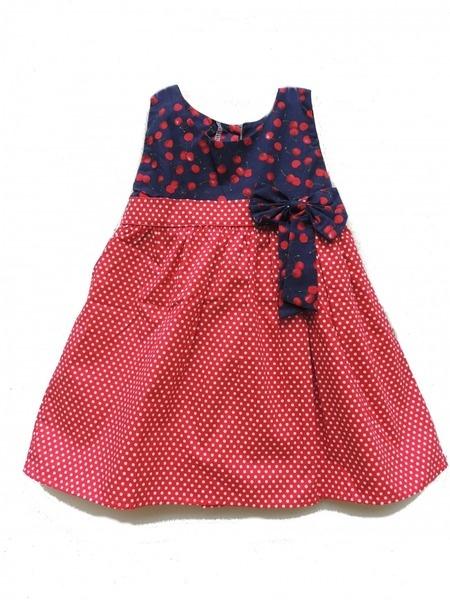 Hübsches Kleid hoch Kirsche , einem unteren Teil(einem Strumpf) der rote évasé in weißer Erbse.  Trés niedlich für ein Aussehen vintage und das f...