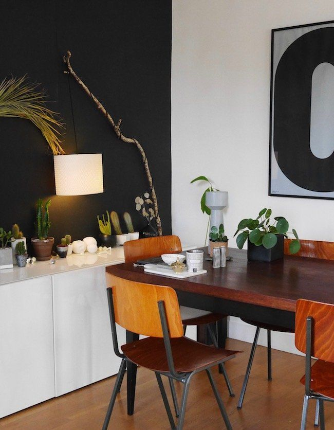 Oser le noir sur le mur de son salon à decoration scandinave vintage salon noir clemaroundthecorner