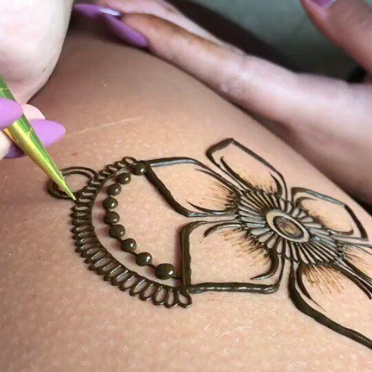 Pero que maravillosos son los #tattoo de #henna y que maravilloso ejemplo el que nos presenta @hennabymaggie. Te atreves a hacerte uno? Cuál es tu diseño favorito? @Regranned from  #SDImadrid #Henna #hennatattoo #hennadesign #hennainspire #hennanight #hennalove #hennafun #hennastain #tattoo #tattoos #art #artist #bodyart #boho #bohemian #bohochic #bohostyle #travel #yoga