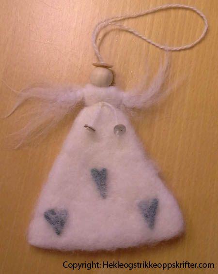 Her har vi laget tovede engler til julen.    Materialer: Ubleket ull til toving, tovede hjerter, grønnsåpe, tovenåler, trekuler, 3 perlemorknapper og ul