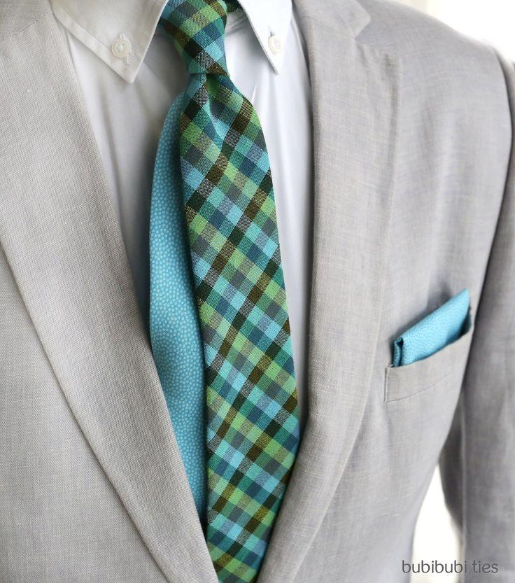 Twin kravata modro-zelená kostka Představujeme nové Twin kravaty! Mají kontrastní tenký konec, který můžete, ale taky nemusíte nechat vykukovat. Záleží na uvázání. Je to detail, který zaujme. Moderní slim střih, v nejširším místě má 6 cm, délka kravaty je 148 cm. Zadní šev je precizně ručně sešitý, poutko na vnitřní straně k uchycení kravaty je samozřejmostí. ...