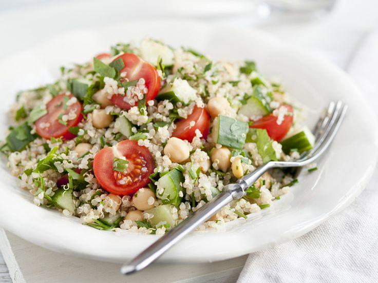 Quinoa-Tomaten-Salat mit Kichererbsen - smarter - Kalorien: 270 Kcal - Zeit: 40 Min. | eatsmarter.de Hier trifft Superfood aus Superfood. Das Ergebnis? Ein leckerer Salat mit Quinoa und Kicherbsen.