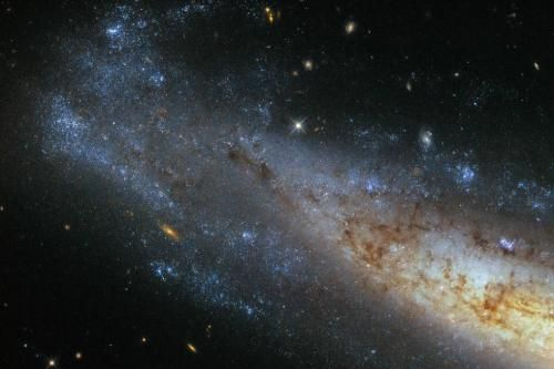 New Hubble image shows shimmering frisbee galaxy - UPI.com