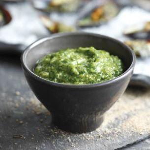 Salsa verde (met de flavour shaker van Jamie Oliver) Ingrediënten: Voldoende salsa verde voor 4 personen - 1 klein teentje knoflook - zeezout - zwarte peper - 2 gezouten ansjovisfilets - 1 theelepel kappertjes - sap van 1/2 citroen - 1/2 theelepel mosterd (dijon mosterd als u die heeft) - een klein bosje peterselie (de blaadjes) - een takje verse basilicum (blaadjes) - een takje verse munt (blaadjes) - 6 tot 8 eetlepels olijfolie