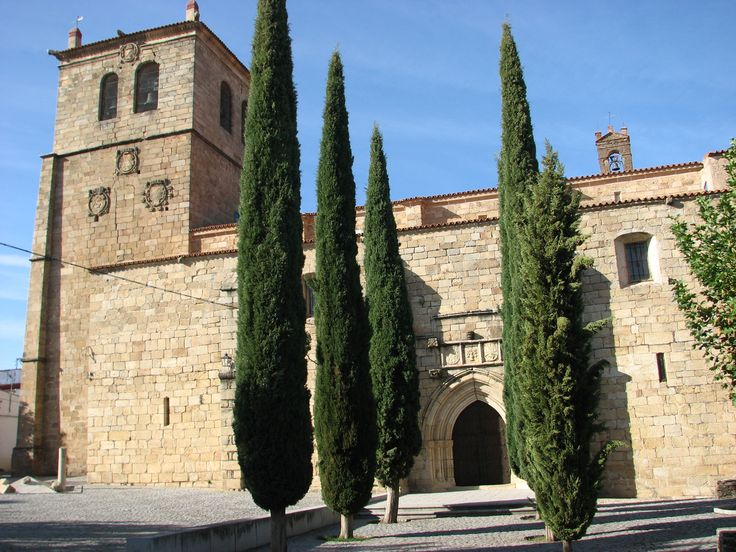 Iglesia de San Pedro. Es del siglo XV y posee características templarias. En ella se venera el Cristo de las Injurias, procedente de la dehesa de Villasbuenas.