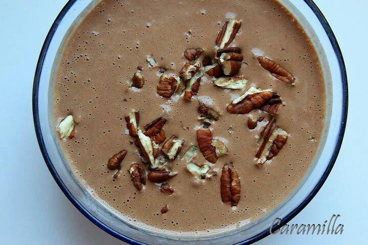 Večer do mandlového mléka namočím vločky (pohankové, jáhlové, ovesné, špaldové), do nádoby přidám nepražené kakao, datle nebo datlový sirup, špetku skořice a ovoce (většinou hrušku nebo banán). Takto zavřu do lednice a ráno jen umixuju a posypu ořechy (když je čas, tak praženými).