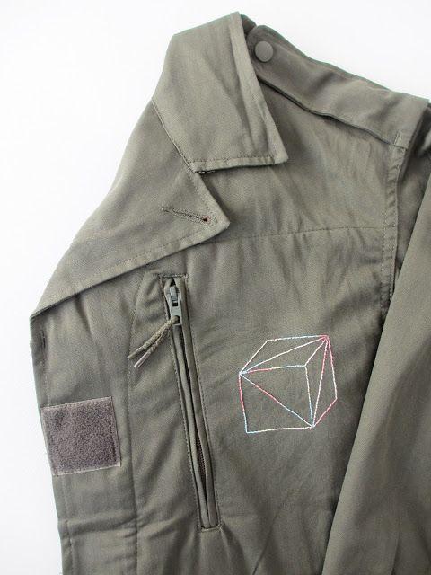 Customisation d'une veste militaire avec de la broderie géométrique (cube) - Military jacket embroidery customization