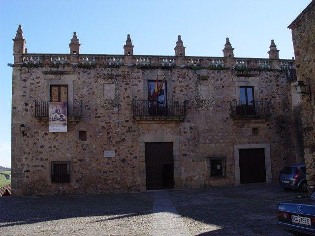 El Palacio de Las Veletas, bajo el cual se encuentra uno de los Aljibes más bonitos de Extremadura.