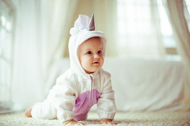 Bebé gateando con un pijama de cuerpo entero Foto Premium