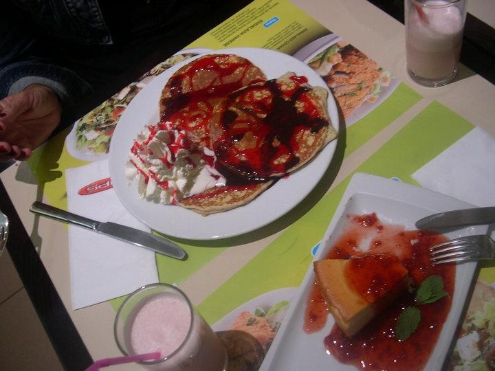 Tortitas con nata y siropes de fresa y chocolate, Cheese Cake con mermelada de fresa y batido de fresa (VIPS - Madrid)