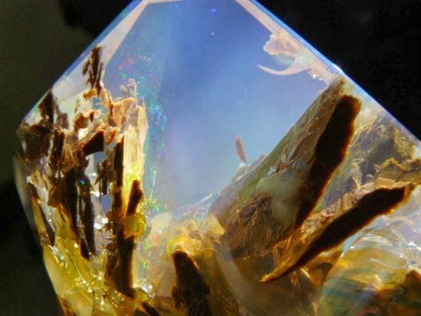 Opala é uma das mais belas pedras preciosas. Estas pedras podem piscar todas as cores do espectro, com um brilho que pode até superar o diamante. Esta preciosa opala varia de claro através do branco, cinza, vermelho, laranja, amarelo, verde, azul, magenta, rosa, ardósia, oliva, marrom e preto.