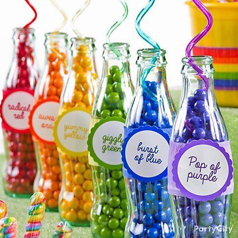 Botellas rellenas de caramelos de colores, fabulosas para decoración de centros de mesa con caramelos. #CentrosDeMesaCaramelos