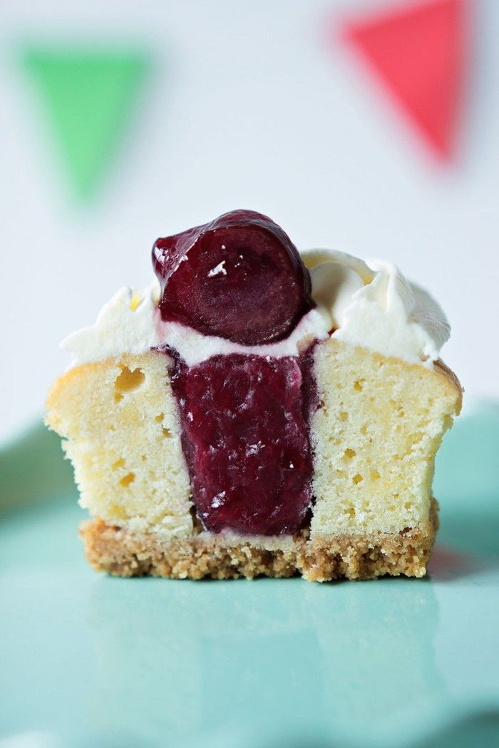 Monchou-cupcakes, voor als je je gasten (of jezelf) écht even wilt verwennen. Met krokante koekbodem, kersen binnenin en bovenop een heerlijke laag smeuïge, zoete monchou.
