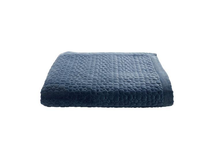 Velours für Ihr Queensize-Bett. Velours ist das angesagteste Material der Saison. Die Somina Tagesdecke verleiht dem Raum einen Hauch von Extravaganz und Exklusivität.