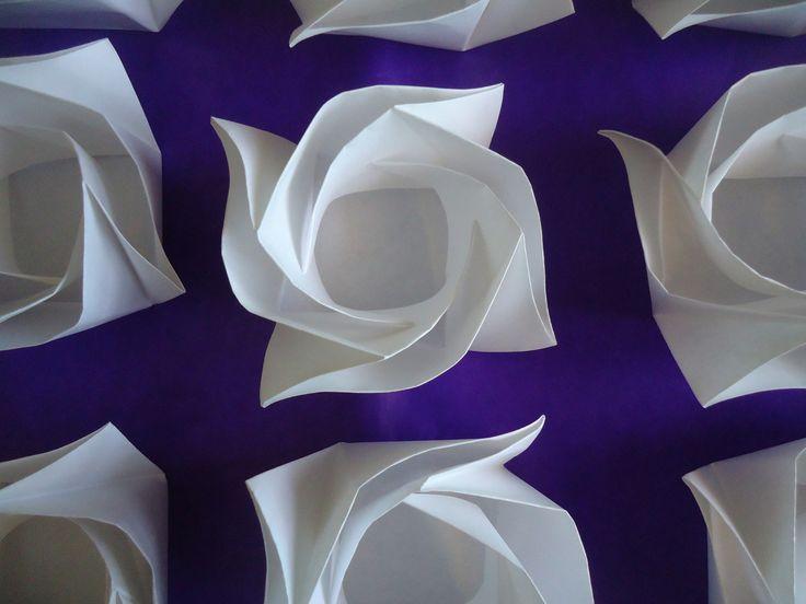 Forminhas De Doces Origami Flor Rosa | Forminhas Ma Sweet Cases | Elo7  Keli, amei essas. Elegantes demais.