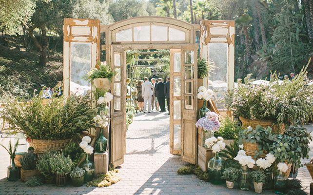 Как выбрать свадебную арку: 8 трендов сезона 2014,  свадебная арка в виде двери