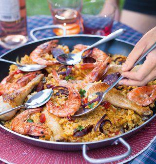 recette paella Recette pour 10 personnes : 1 chorizo, 5 cuisses de poulet complètes (haut et pilon), 10 gambas, 4 c. à s. d'huile d'olive, 3 oignons rouges (ou jaunes), 800g de riz rond (bomba espagnol), 500g de tomates épépinées, en cubes, 1,5l de bouillon de volaille (Picard), 2 doses de safran en poudre, sel, poivre.
