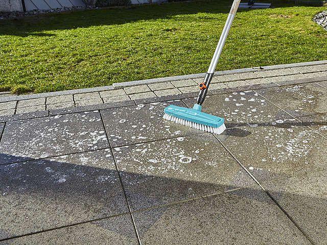 Terrasse reinigen: Boden schrubben