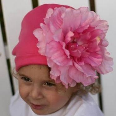 Нежно-розовая шапочка для девочки с розовым цветком! Ваша маленькая принцесса будет выглядеть обворожительно!
