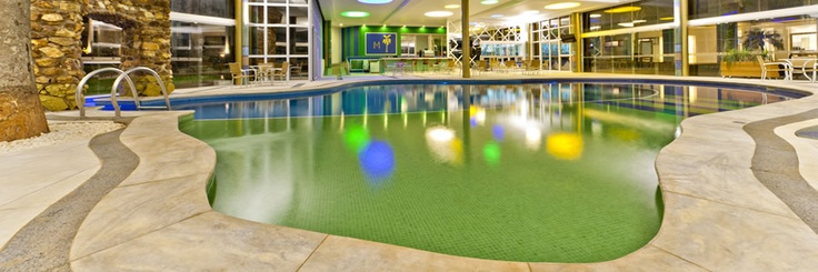 Aram - o bar da piscina, com capacidade para 150 pessoas, conta com uma piscina aquecida coberta,além do espelho d'agua para as crianças, sauna seca e sauna úmida, nesse espaço os hóspedes podem curtir momentos de descontração, comodidade e apreciar coquetéis, sucos e bebidas.