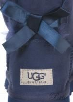 Stivale UGG Australia   Art. 1005062 W MINI BAILEY BOW Col. PCT (blu)   Stivale basso in camoscio, con altezza gambale 15 cm, con impunture a vista. Ampiezza gambale 36 cm, con spacchetto sul retro e fiocco in raso colore tono su tono. Tomaia e interno in pelliccia d'agnello. Tallone rinforzato con etichetta logo. Suola di 2 cm in gomma profilata.
