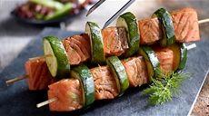Przepis na grillowane szaszłyki z łososia i cukinii