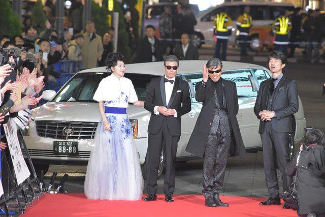 レッドカーペットに登場したメインキャストたち。左から浅野温子、舘ひろし、柴田恭兵、仲村トオル。