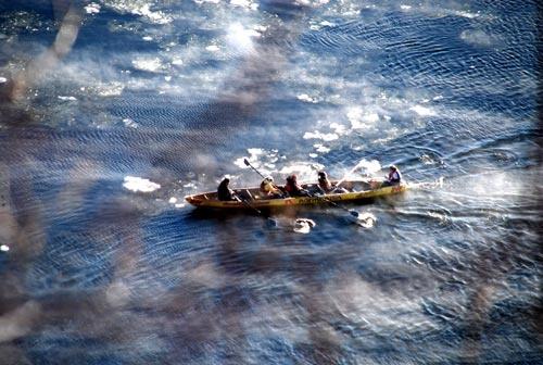 Canoe sur le fleuve st-laurent gelé au Québec