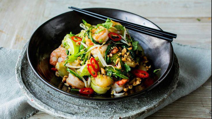 Wok er en strålende mulighet til å få i seg masse grønnsaker samtidig som du tar en opprydning i kjøleskapet, for ingrediensene kan du variere så mye du bare vil.   Her er en variant med reker, grønnsaker, gode smaker og toppet med knasende peanøtter.     Obs!  Hvis du bruker scampi, tigerreker/kjempereker må du sørge for at disse kommer fra et godkjent og sertifisert oppdrettsanlegg.