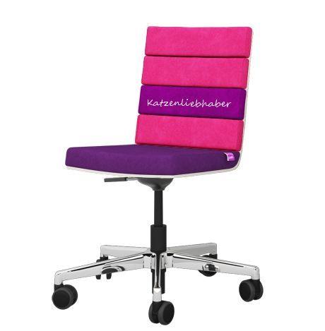 Ein Stuhl mit Statement! Ganz egal ob damit Klischees erfüllt werden: wir stehen zu unseren Leidenschaften und haben auch keine Hemmungen unsere Möbel entsprechend zu verschönern!