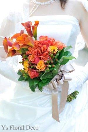 オレンジ色のカラーやダリア、バラなどを使用しましたアームクラッチブーケです。新婦さんよりお写真をいただきましたので、ご紹介いたします。アームクラッチとは、...