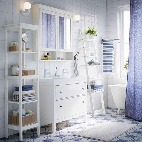 Ein weißes Badezimmer mit HEMNES Waschbeckenschrank mit 2 Schubladen