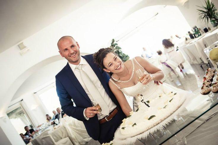 Sposarsi in Sardegna, gli sposi tagliano la torta - cerimonia all'Hotel Gabbiano Azzurro