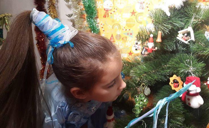 https://www.youtube.com/watch?v=NI4BdDoURpA Колпак для феи. Новогодняя прическа. Предписывается носить всем феям на утренники, маскарады и прочие театрализованные мероприятия.