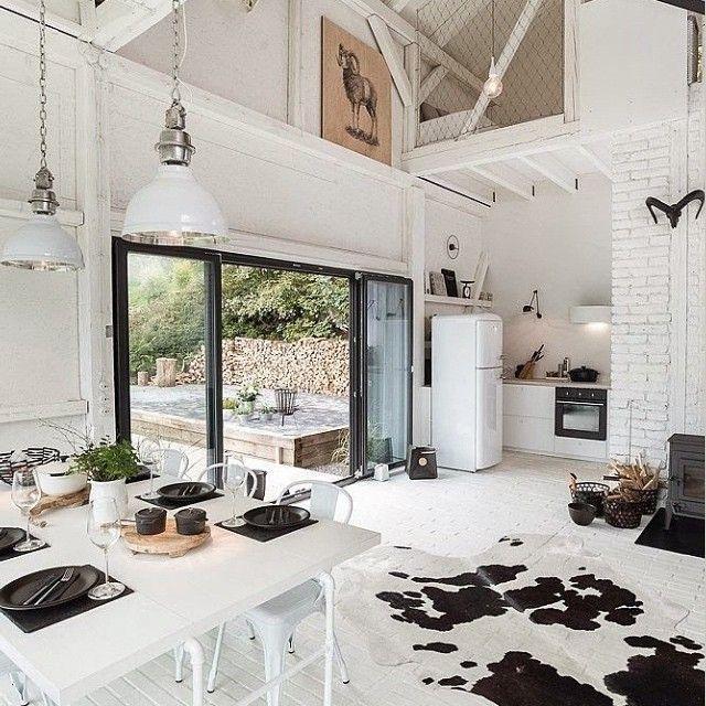 un tapis peau de vache dans un int rieur blanc esprit ancienne grange. Black Bedroom Furniture Sets. Home Design Ideas