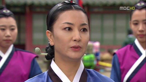 Dong Yi merasa bersalah karena Lady Jung dan para wanita investigator ...