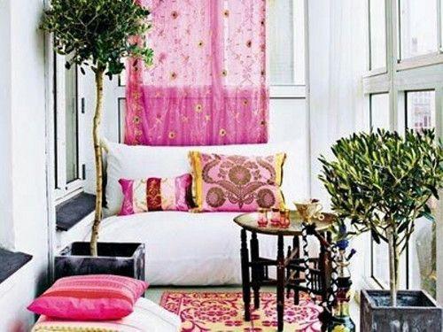 Boho chic es un estilo brillante inspirado en la cultura gitana. Es colorido e ideal para la primavera y el verano, ¿no te parece? Para diseñar tu balcón,