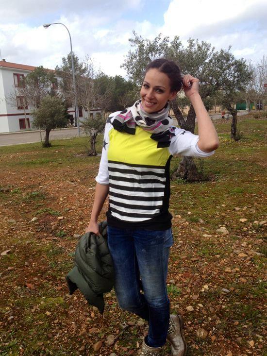 Eva González - Blog 'Las Tentaciones de Eva' 2012/2013 http://las-tentaciones-de-eva.blogs.elle.es/2013/03/08/eco-sport/ Pantalón vaquero de Salsa. Camiseta de Zara con bastante color, que viene bien para estos días grises que estamos teniendo. Las botas son de Ash y me encanta el color que tienen como doradito. El pañuelo es de Miriam Ocariz. El abrigo es de Ecoalf