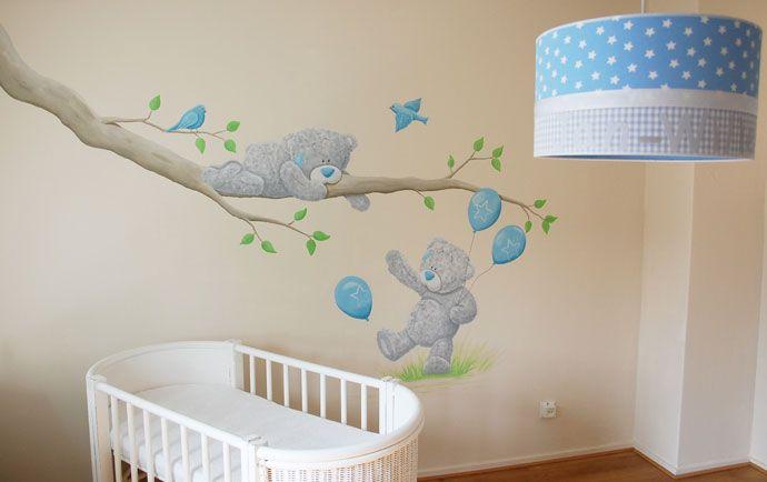 Me to You beertjes muurschildering rondom een tak met vogels voor in de babykamer van een jongetje. Op maat gemaakt door BIM Muurschildering.