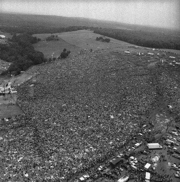 """1969 - La folla al concerto di Woodstock Il festival di Woodstock si svolse a Bethel, una piccola città nello stato di New York, dal 15 al 18 agosto 1969. Fu una """"3 giorni di pace e musica"""" che raccolse circa 400.000 spettatori."""