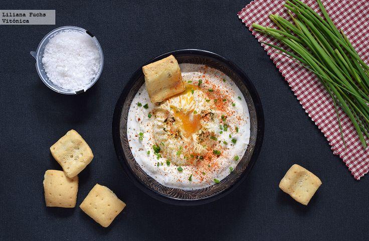 Aprende a preparar la receta de huevos turcos con yogur, una receta fácil y saludable. Con fotos del paso a paso, consejos y sugerencias de degustación