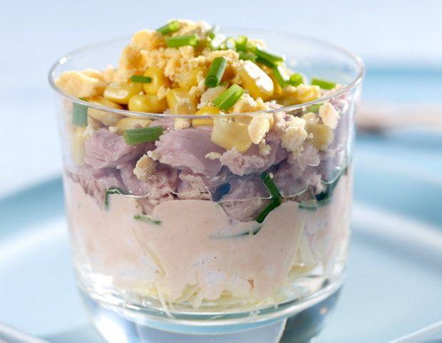 Choć pracochłonne sałatki - jak majonezowa lub gyros - wciąż cieszą się sporą popularnością, nie zawsze mamy wystarczająco dużo czasu na ich przygotowanie. Przed Wami 6 pomysłów na szybkie sałatki w sam raz na obiad, kolację, czy przyjęcie.