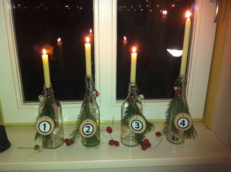 Advent kaarsen. Nummers gemaakt met shrink folie en een schijfje van hout.