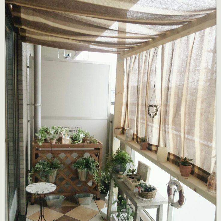 ホームセンターの2×4材とシェードを使ってカフェ風に♪窓側には2㍍のばせる突っ張り棒を張り、反対側には2×4材を使って柱を作り、写真のようにシェードを柱に折り曲げるようにして張ってあります♪lovesnoopyさんの、リビング,観葉植物,ベランダ,カフェ風,ホームセンター,ディアウォール,DIY ,2×4材,のお部屋写真