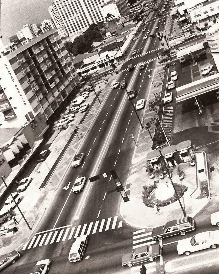 """En el año 1983 es inaugurado el Paseo """"5 de Julio"""" este boulevard diseñado por el Arq. Antonio Fajardo comprendía el tramo de la calle 77 desde la Av. 3H hasta la intersección de la avenida 22 con calle 73  Este boulevard concentraba las grandes casas comerciales de la ciudad para la época restaurantes salas de juego y un gran numero de agencias bancarias y empresas nacionales e internacionales  #Maracaibo486años #MCBO486 #ConoceTuPatrimonio #Venezuela #Maracaibo #JovenesEducandoAJovenes…"""